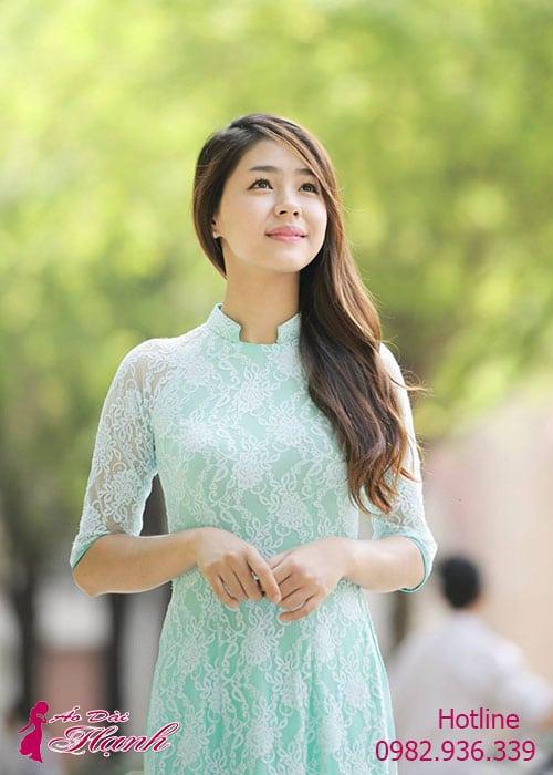 Áo dài xanh ngọc ren hoa cổ vuông hở tay lỡ lót ngực