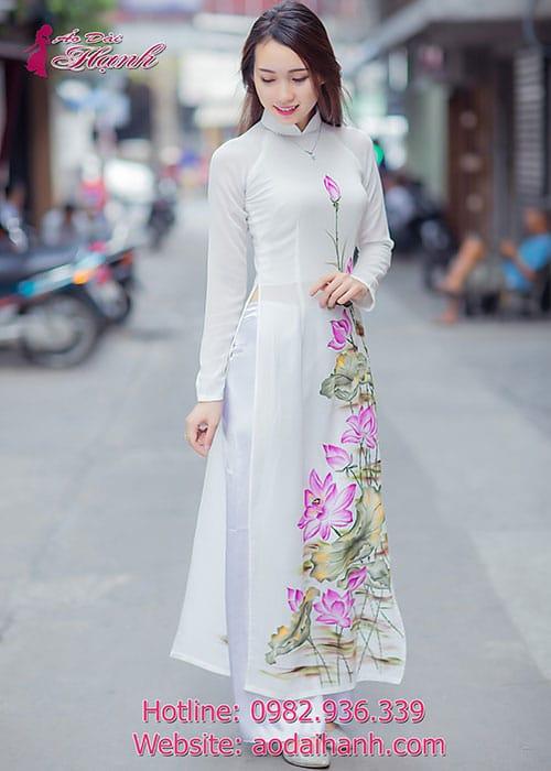 Áo dài trắng chiffon hoa sen vẽ cổ truyền thống tay dài