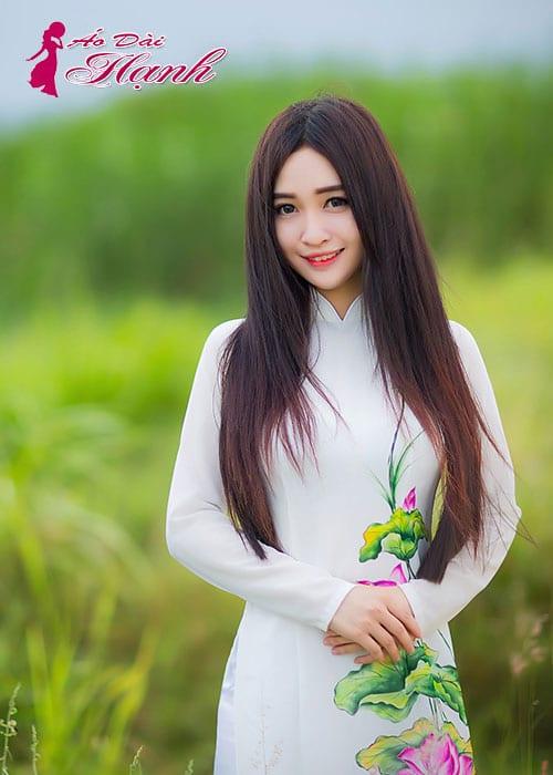 Áo dài trắng chiffon vẽ hoa sen cổ truyền thống tay dài