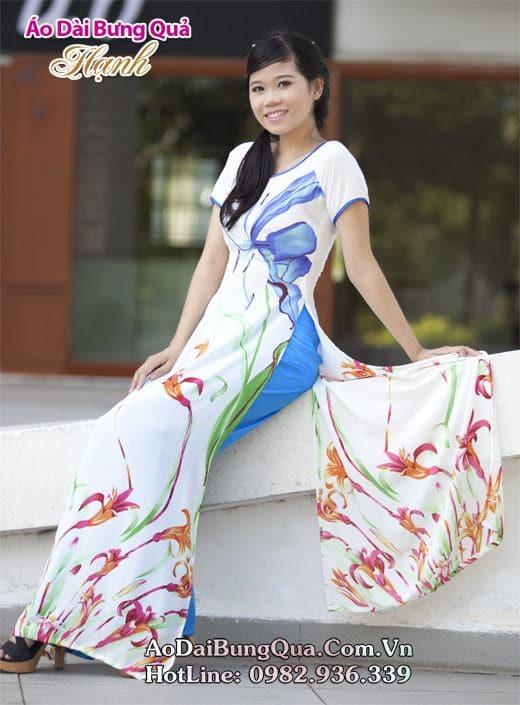 Áo dài trắng voan hoa tulip cổ thuyền tay ngắn